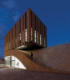 Escalera exterior. Edificio Comercial de Oficinas Termeh / Farshad Mehdizadeh Architects + Ahmad Bathaei (842×960)
