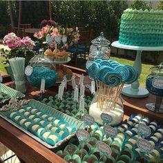 Que bonita a escolha e distribuição das cores nesta mesa de doces da @fabigattai!  #olioliteam #olioli_lifestyle #fabigattai #recebercomcharme #mesadedoces #tabledecor www.recebercomcharme.com.br  manu_touma