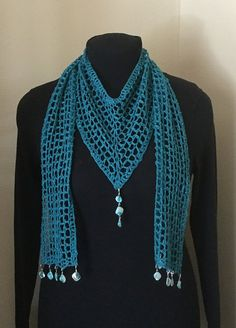 V Model Schal mit Video How To - Roupas de crochê - Gilet Crochet, Crochet Collar, Knitted Shawls, Knit Or Crochet, Crochet Scarves, Crochet Clothes, Crochet Crafts, Crochet Shawl Free, V Model