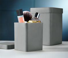 8,95 € In diesen Aufbewahrungsboxen mit praktischem Deckel sind Schminkutensilien, Nagelschere & Co. gut aufgehoben. Sie sind aus strapazierfähigem Kunststoff in Soft-Touch-Optik und bei Nichtgebrauch platzsparend ineinander verstaubar.