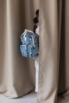 Studio Ditte rugzak met panda's. Mooie stevige rugzak voor jongens en meisjes die voor het eerst naar school of de kinderopvang gaan. Aan de binnenkant van de tas vind je een insteekvak over de hele rug die sluit met klittenband. Het hoofdvak is ruim en heeft een verstevigde bodem, waardoor de tas mooi in vorm blijft. Je kunt verrassend veel spullen kwijt in deze rugzak. #backtoschool #daycare Case Studio, Kids Backpacks, Bucket Bag, Back To School, Panda, Flamingo, Bags, Fashion, Flamingo Bird