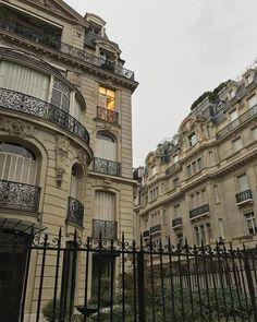 City Aesthetic, Beige Aesthetic, Travel Aesthetic, Aesthetic Makeup, Living In Europe, Belle Villa, Foto Instagram, Aesthetic Pictures, Light In The Dark