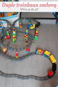 Laat de Duplo-treinbaan ook eens omhoog lopen! Bouw met een helling van een half blokje per stuk rails. Wist jij dit al? #blogfeestje @mizflurry Train Lego Duplo, Lego Trains, Cool Toys For Boys, Diy For Kids, Crafts For Kids, Christmas Presents For Boys, Gifts For Boys, Pumba, Lego Craft