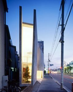 House S in Osaka by Suga Atelier. Located in the midst of busy streets the house appears mostly closed off from the exterior but uses punched holes through the roof to bring in light to the rooms. This little slot window is my favorite part though. Houses Architecture, Architecture Résidentielle, Modern Architecture Design, Amazing Architecture, Sustainable Architecture, Japanese Interior Design, Interior Modern, Japanese House, Japanese Modern