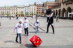 Pan Monopoly zagrał z mieszkańcami Krakowa w piłkę... używając kostki:) Mimo 80- ciu lat kondycja Pana Monopoly jest doskonała:)