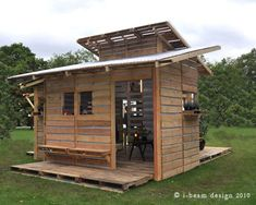 Pallet house - La Casa de Pallet - Fast and affordable solution for post-disaster interventions Pallet Shed, Pallet Crates, Pallet House, Wooden Pallets, Diy Pallet, 1001 Pallets, Small Pallet, Recycled Pallets, Pallet Playhouse
