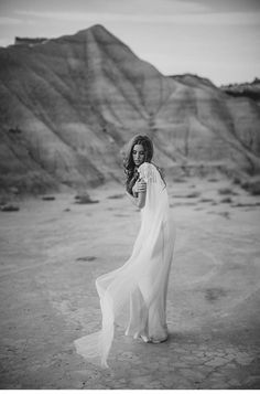 spanish desert shoot - photo: Paula O'Hara, styling: Alise Taggart, dress: Rue de Seine   www.hochzeitsguide.com