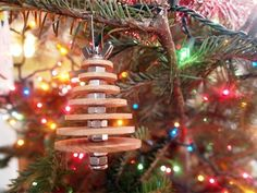 Put the metallic beauty of your favorite fasteners to work between wood disks under Christmas tree lights. See all the steps on @sawdustembryos