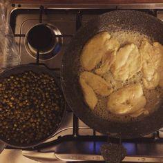 Pollo infarinato aromatizzato al vino bianco e pisellini