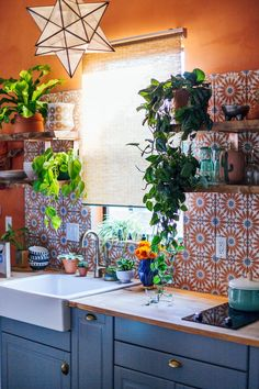 What Is Jungalow? Interior Designer Justina Blakeney on the New Bohemian Era - Wohnen - What Is Jungalow? Interior Designer Justina Blakeney on the New Bohemian Era - Wohnen - Bohemian Interior Design, Diy Interior, Interior Design Kitchen, Modern Interior Design, Interior Sketch, Restaurant Interior Design, French Interior, Interior Decorating, Bohemian House