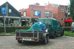 Parkeren blijft een probleem. Vooral als je je auto met aanhanger dwars over 2 invalidenparkeerplekken gaat parkeren zoals op de foto.