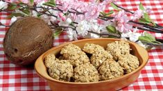 Vpředvánočním spěchu snad ještě víc než kdy jindy oceníte rychlé ajednoduché recepty bez vážení. Apokud existují ina cukroví, je to dvakrát tak dobře! Přesně takový tip pro vás dnes máme: na kokosky sovesnými vločkami, které jim dodají vláčnost ilehce oříškový nádech. Muffin, Cookies, Breakfast, Desserts, Food, Christmas, Crack Crackers, Morning Coffee, Tailgate Desserts