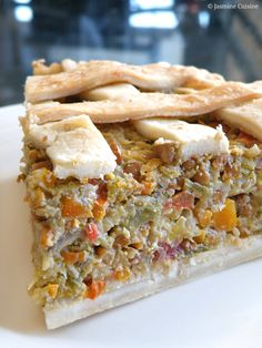 "My favorite savory pie! This very tasty "" vegetarian pie '' combines the flavors of 7 vegetables with that of brown lentils. His go … Vegetarian Pie, Vegetarian Recepies, Pescatarian Recipes, Veggie Recipes, Vegan Meals, Pie Recipes, Vegetable Tart, Vegan Casserole, Food 101"