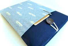 Handmade to order and shipped from California.  A padded laptop sleeve made with a navy blue linen fabric with slightly shimmery feathers on herringbone print front pocket, 6mm thick foam padding, and beige cotton fabric lining. String and wooden button closure on top.  For custom sizes, please be sure to note your laptop model and/or dimensions in the message to seller at checkout. Custom requests for other tablets and eReaders are welcome.  -----------  See more laptop sleeves here: ht...