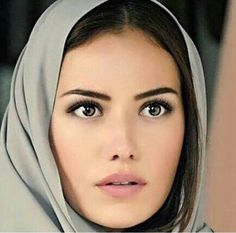 Fahriye Evcen is Murvet, the woman Kurt Seyit marries, a Turkish woman, as his Father demanded in KURT SEYIT ve SURA, Turkish Women Beautiful, Turkish Beauty, Most Beautiful Women, Amazing Women, Beautiful People, Prettiest Actresses, Turkish Actors, Interesting Faces, Woman Crush