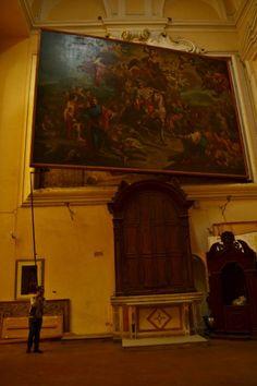 """La tela """"semovente"""" e un grande affresco nascosto, Chiesa di San Giorgio Maggiore, Napoli, Italia. L'affresco raffigurante San Giorgio che uccide il drago fu dipinto da Aniello Falcone, ma la truculenta scena con il santo cavaliere che sconfigge il mostro, salvando così la terrorizzata principessa... non è immediatamente visibile..."""