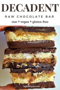 The best healthy treat! This raw vegan chocolate bars are decadent healthy glu The best healthy treat! This raw vegan chocolate bars are decadent healthy gluten-free refined-sugar free and everyone in your family will love it! Desserts Crus, Desserts Sains, Raw Vegan Desserts, Raw Vegan Recipes, Vegan Dessert Recipes, Vegan Treats, Vegan Foods, Cake Recipes, Raw Vegan Cake