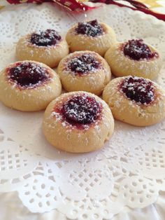 I bake these buttery cranberry cookies quite often during festive period. Those jammy cranberry cookies only take 12 minutes in the oven. Here's the recipe! Cranberry Recipes Easy, Holiday Recipes, Sweet Desserts, Delicious Desserts, Yummy Food, Baking Recipes, Cookie Recipes, Healthy Christmas Treats, Xmas Cookies