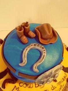 Una #torta davvero #country per un vero #cowboy #cake #pastadizucchero #cakedesign #Golosini #stivali #cavallo #boots #