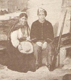 soldado peruano y rabona retratados cerca de la plaza de Acho antes de las batallas de San Juan y Miraflores