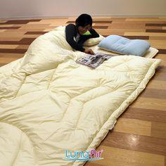 身体の形と睡眠中の動きを考えて開発した体型フィットキルト(意匠登録済み)と暖かい空気をため込む特殊な中わたにより、非常に高い保温性を発揮します。 冬の寒い日でも、首回りや肩などが冷えるのを最小限にまで抑えていきます。 この商品は丸洗いが可能です。 Comforters, Blanket, Furniture, Home Decor, Creature Comforts, Quilts, Decoration Home, Room Decor, Home Furnishings