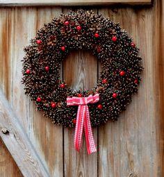 Świąteczny wianek z szyszek:) http://bogatewnetrza.pl/pl/p/Swiateczny-wianek-z-szyszek/430