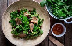 Σαλάτα με ρόκα , ψητά μανιτάρια και ντρέσινγκ ροδάκινο Salad Bar, Sprouts, Spinach, Vegetables, Food, Veggies, Essen, Vegetable Recipes, Brussels Sprouts