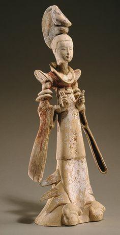 De pie dama de la corte, dinastía Tang (618-906), a mediados del siglo séptimo de China Loza con pigmento---Standing court lady, Tang dynasty (618–906), mid-7th century  China  Earthenware with pigment
