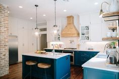 Et si l'on ose la cuisine bleu canard et bois ? Résolument originale, cette idée a quelques règles à respecter pour vous permettre à l'adopter chez vous