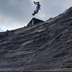 Achtung Lebensgefahr! Kliff springen in Hawaii 🌺  — Tolle Orte in Hawaii gibt es viele! Auch Lebensgefährliche... Salto von 15 Metern geht trotzdem oder?