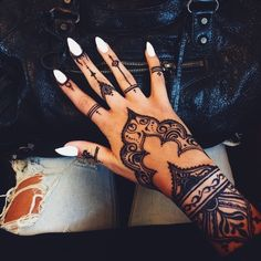 The magic of henna tattoo in more than 90 awesome photos You may have already seen these exotic or oriental tattoos that give tattooed women a sensual and even more feminine look. Henna designs are currently. Henna Tattoo Hand, Henna Tattoo Designs, Henna Tattoo Muster, Henna Tattoos, Tattoo On, Diy Tattoo, Tribal Hand Tattoos, Henna Inspired Tattoos, Henna Ink