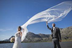 aproveitando o vento, o véu da noiva thammy e christian tentando segurar