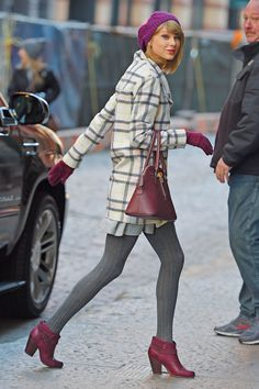 Taylor Swift's Most Beautiful Looks - Love how many outfits use shoes or a bag for a pop of color. I need to get (or start carrying) a short handled purse. Such a classy yet comfy yet glamorous style. Taylor Swift And Calvin, Taylor Swift Hot, Taylor Swift Style, Red Taylor, City Outfits, Winter Outfits, Outfits Mujer, Vogue, Winter Mode