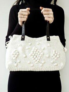 Lindas bolsas pequenas outras maiores em diferentes formatos para inspirara as migas crocheteiras...