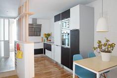 Casa piccola a Barcellona: il progetto Salva 46 di Miel Arquitectos. La cucina occupa la porzione di spazio centrale dell'appartamento, considerata la zona comune per le due stanze. Il tavolo è circondato dalle Eames Plastic Chair di Vitra.