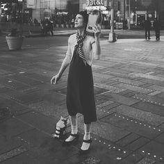 Título : Tararea en silencio la reina del recuerdo perpetuo mientras la luna acaricia en la distancia la belleza de su locura.  Microrelato : Queen of Sadness  Eran las 2 de la mañana y Frida como cada día desde hacía 50 años miraba al cielo con la esperanza de ver pasar el  avión de su amado; el que murió sin avisar abatido por el golpe certero de un kamikaze japonés en Pearl Harbour.  Recuerda como si fuera ayer el momento en el que el disco de vinilo que escuchaba se salió de su surco…