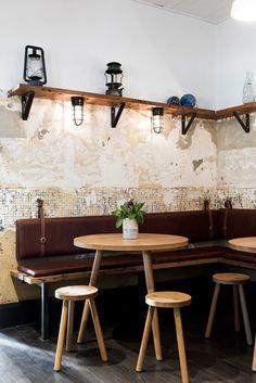Banco pared con escuadra de metal y tablones de madera. Bar interior design by Techne in Melbourne Australia