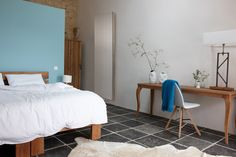 Näver, kork, läder, linne, långhåriga mattor och mycket textilier ger värme i höstens naturliga inredning. Purmo Faro V designradiator i rostfritt stål.
