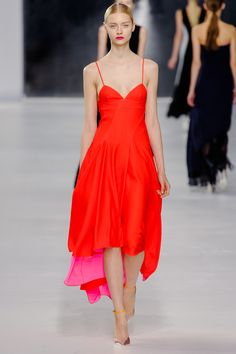 Raf Simons gets better with time at Dior. He provided us great for the Christian Dior Cruise 2014 and moved the podium on The Rock in Monte Carlo. A light parade which includes the Dior codes with a modern twist Look Fashion, Runway Fashion, High Fashion, Fashion Show, Womens Fashion, Fashion Design, Fashion Trends, Dress Fashion, Fashion Clothes