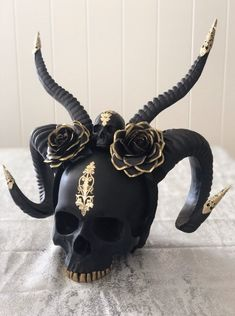 Black and gold skull with horns and roses Skull Decor, Skull Art, Gold Skull, Fete Halloween, Halloween Decorations, Goth Home Decor, Gypsy Decor, Diy Accessoires, Cool Masks