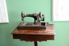 fantastic hand-cranked Sewing Machine