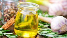 Salaatinkastike sisältää esimerkiksi öljyä, pippuria ja valkosipulia.