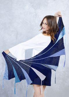 #Gratisanleitung - Sieben Segmente aus verkürzten Reihen verleihen diesem schönen #Sommertuch in Blautönen seine besondere Bogenform. Damit kannst Du es dekorativ um die Schultern legen, aber auch am Hals tragen, ohne das es zu warm wird. Das Grundmuster ist kraus rechts, da aber jedes Segment aus einer anderen Qualität oder Farbe der mix&knit-Kollektion besteht, ist das #Stricken sehr schön abwechslungsreich.   #proud2craft #knitting #mixnknit  #design #häkeln #crochet