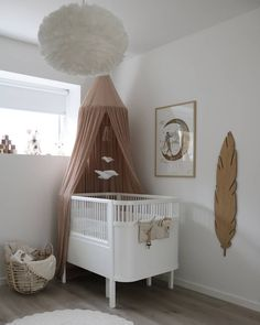 Decorations for the children's playroom in scale measuring the height of the wooden feather – Colorful Baby Rooms Baby Room Themes, Baby Room Diy, Baby Boy Rooms, Baby Room Decor, Bedroom Decor, Baby Girl Bedding, Baby Bedroom, Girls Bedroom, Girl Room