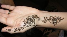 Henna mehndi designs are popular in all women of world because to its elegant designs. There are most beautiful simple henna mehndi designs for girls for Henna Hand Designs, Mehandi Designs, Small Henna Designs, Mehndi Designs For Beginners, Simple Mehndi Designs, Mehndi Designs For Hands, Henna Tattoo Designs, Flower Designs, Mehndi Tattoo