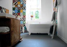 Mélange de carreaux de ciment dans une salle de bains