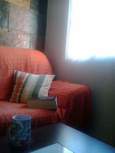 Mi rincón del sofá, al lado de la ventana