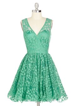 Darling, Please Dress in Jade. On a magnificent night of mingling, you look marvelous in this green dress! Pretty Outfits, Pretty Dresses, Beautiful Dresses, Green Lace Dresses, Unique Dresses, How To Dress For A Wedding, Retro Vintage Dresses, Vintage Style, Vogue