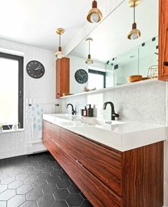 Double the sinks, double the space and style! Check out 5 bathroom renovations with a double-sink vanity to get you inspired! Bathroom Renovations, Home Renovation, Home Remodeling, Bathroom Ideas, Double Sink Vanity, Vanity Sink, Bathroom Flooring Options, Luminaire Mural, Shower Fixtures