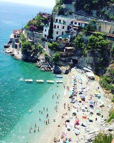 """Spiaggia """"La Torretta"""" a #Cetara, una delle #spiagge più frequentate e belle della #CostieraAmalfitana"""